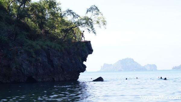 Прыгал со скалы 7 метров в море
