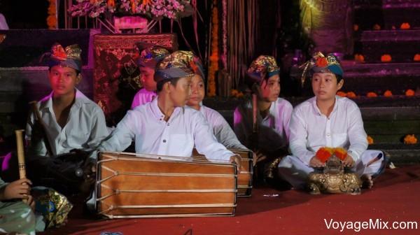 посетили одну из церемоний в балийском храме