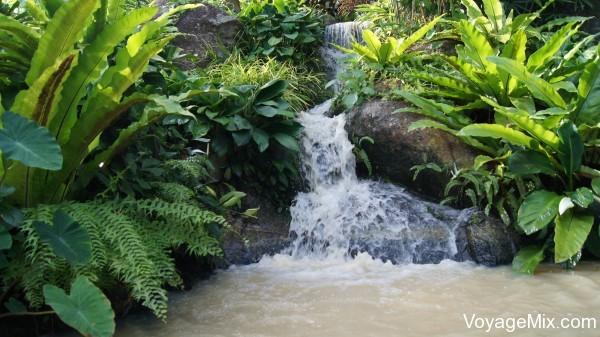 На территории сада есть несколько искусственных водопадов и ручейков