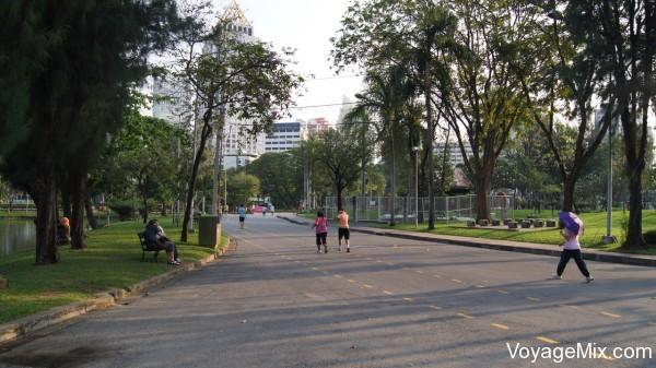 Пробегающие спортсмены