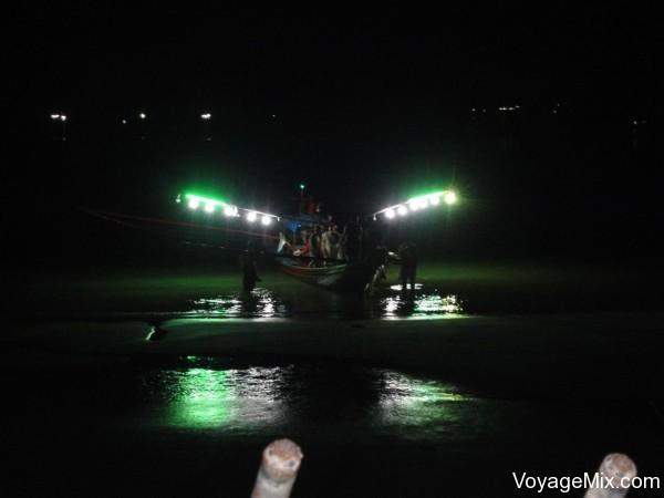 рыбацкие корабли с очень мощной и красивой подсветкой