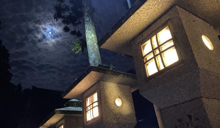 Ночная экскурсия по кладбищу Окуно-ин на горе Коя
